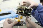 Montaż pierwszego polskiego satelity studenckiego PW-Sat Źródło: Politechnika Warszawska / foto Andrzej Kotarba